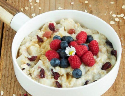 Porridge-con-frutti-rossi-e-pere-una-colazione-ottima-e-super-sana-680x1024