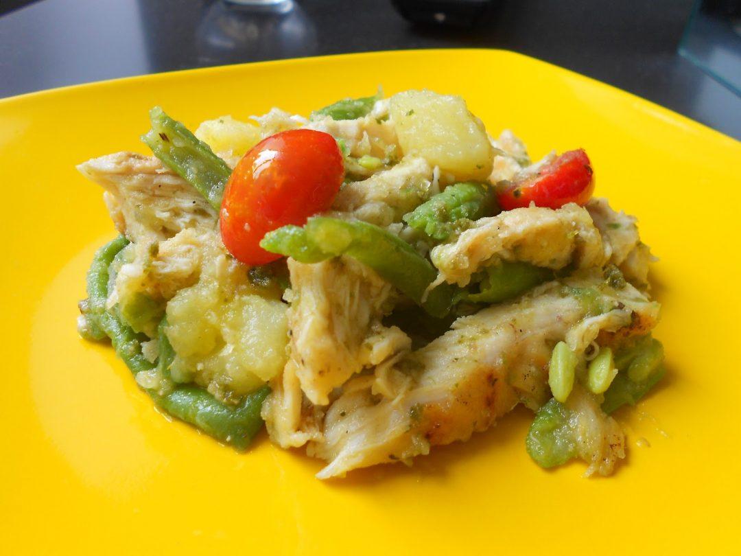 Insalata di pollo, patate e fagiolini con pesto