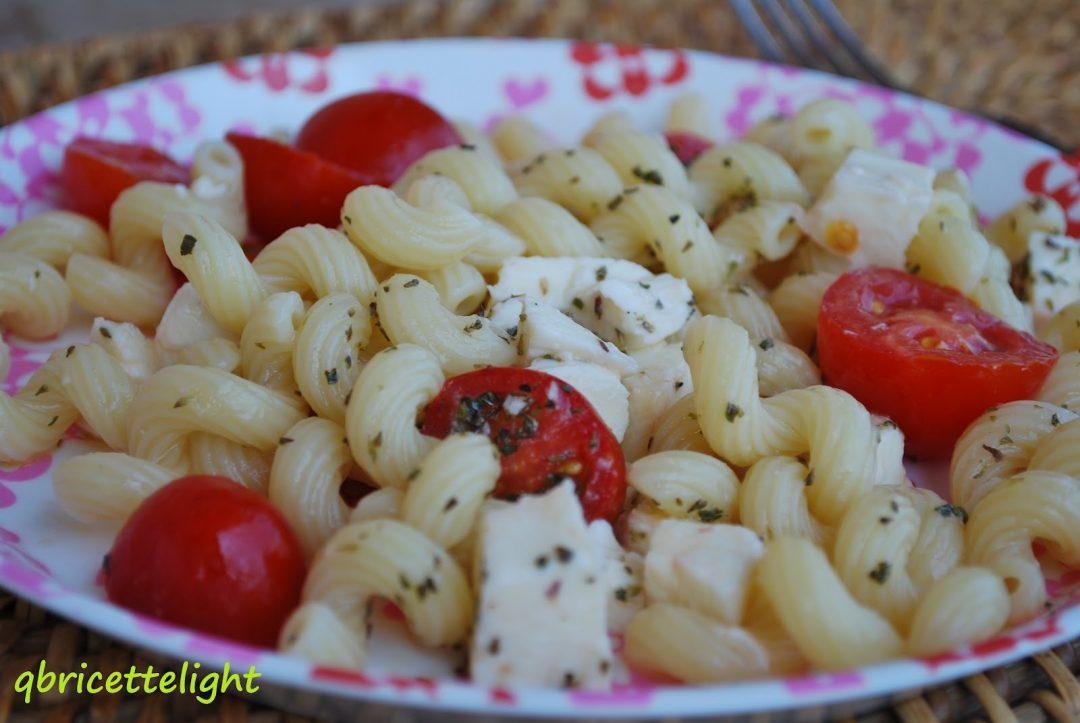 Pasta fredda con ciliegini, mozzarella e origano