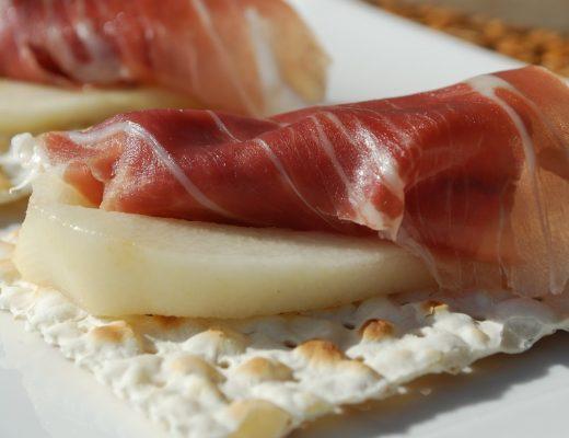 Snack con pere e crudo