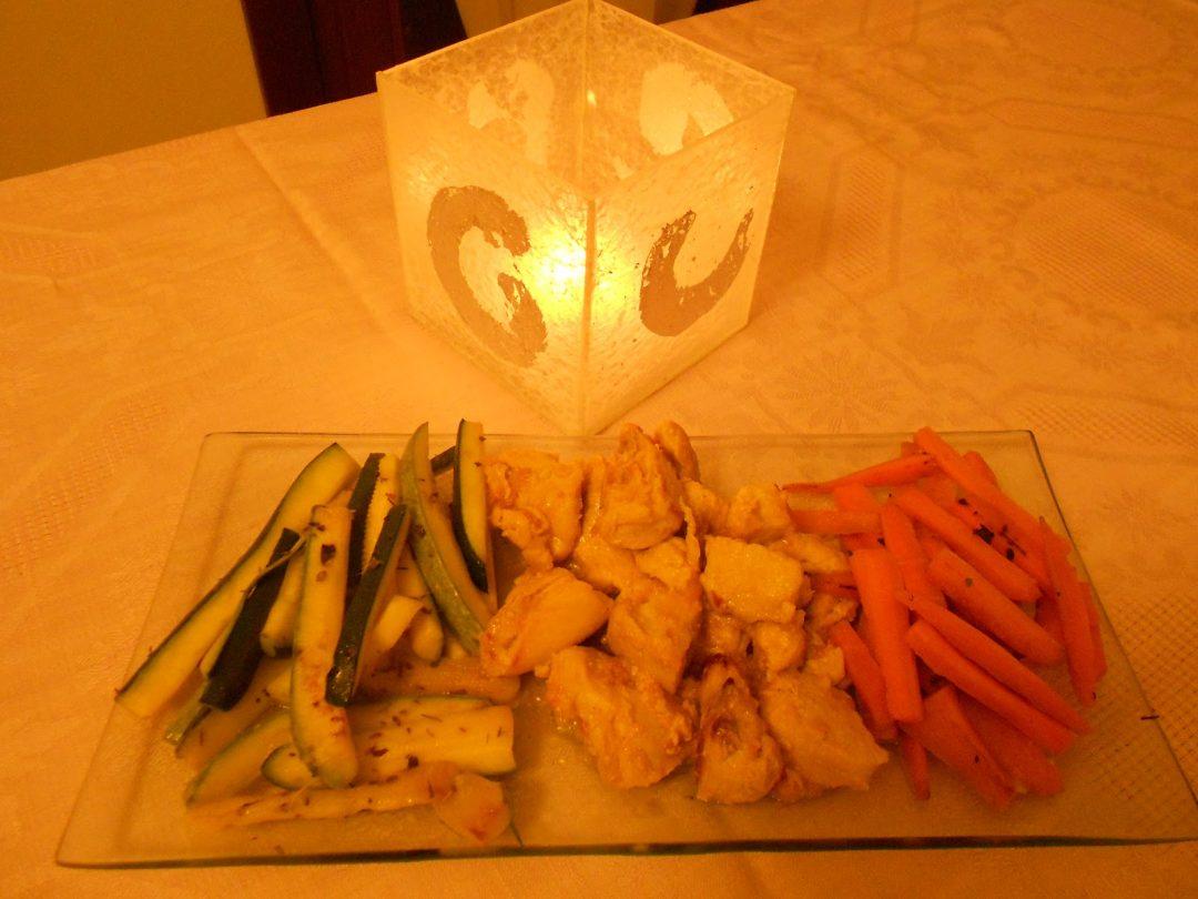 bocconcini di pollo su letto di verdure