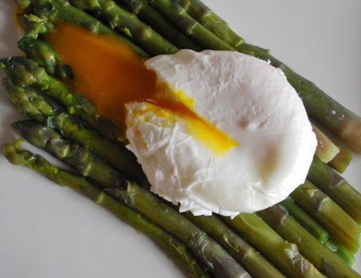 Uovo in camicia con asparagi