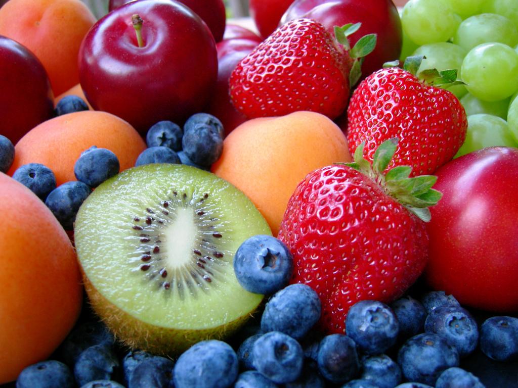 Frutta in spiaggia al posto del pranzo