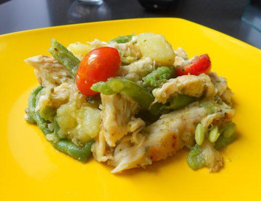 Insalata di pollo al pesto con patate, fagiolini e pomodori ciliegia