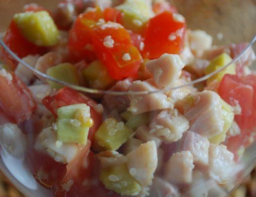 Insalata di spada, pomodori, zucchine e sesamo