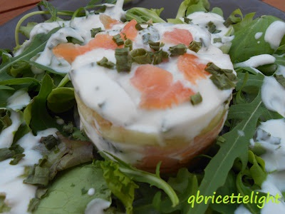 salmone in insalata con yogurt e cetrioli