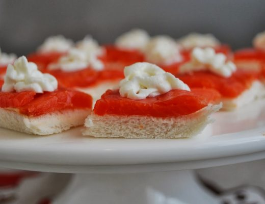 tartine di salmone con roselline al limone