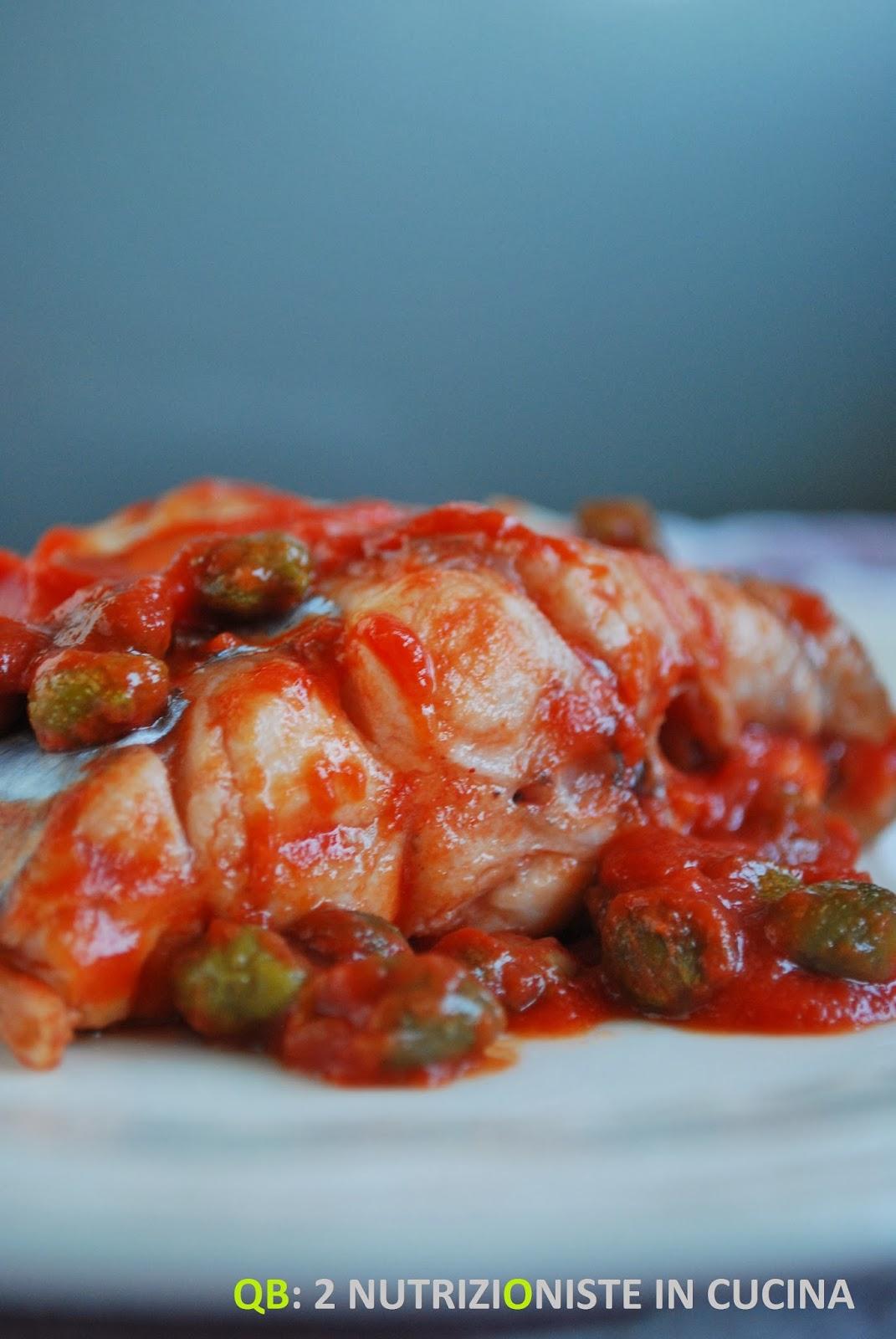 Trancio di pesce lama con pomodoro, olive e capperi