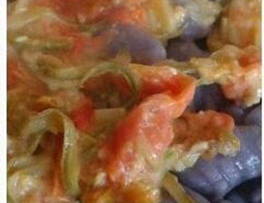 gnocchi viola ai fiori di zucca, pomodori e zucchine