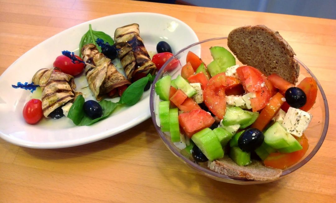 insalata greca ed involtini di melanzana alla greca