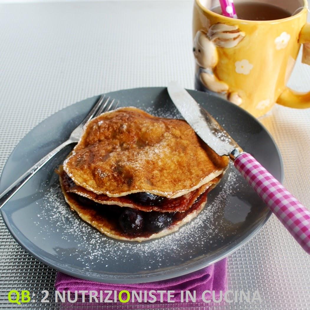 Pancakes non fritti alla farina di avena con composta di mirtilli