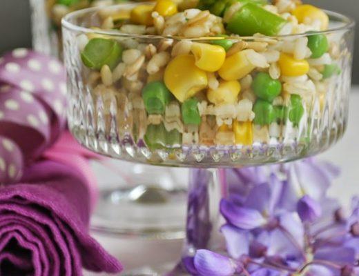 Insalata di primavera con riso, avena e grano