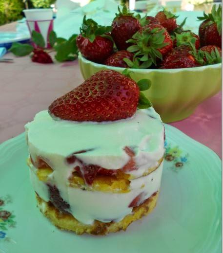 Dessert per diabetici con fragole e crema di ricotta.