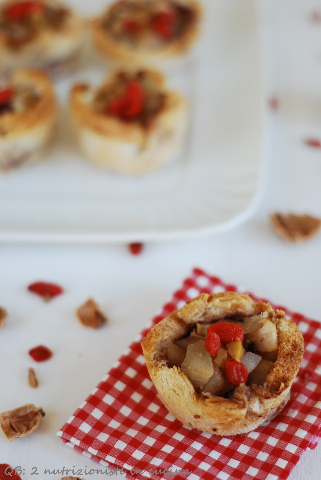 Crostatine di pancarrè con pere, noci e bacche di Goji