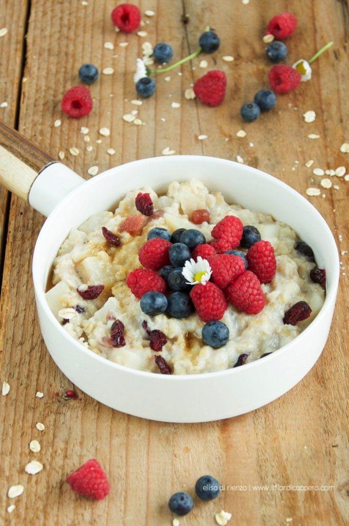 Porridge con frutti rossi e pere una colazione ottima e super-sana!