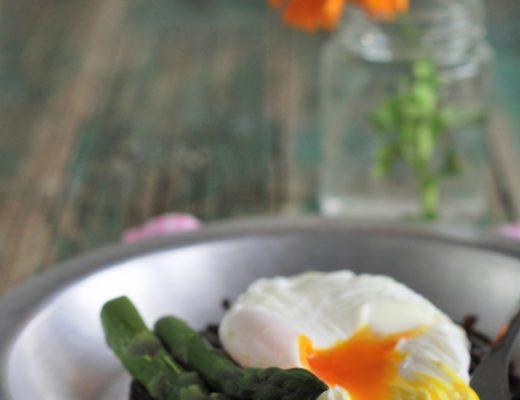 rosti patate viola con uovo in camicia e asparagi