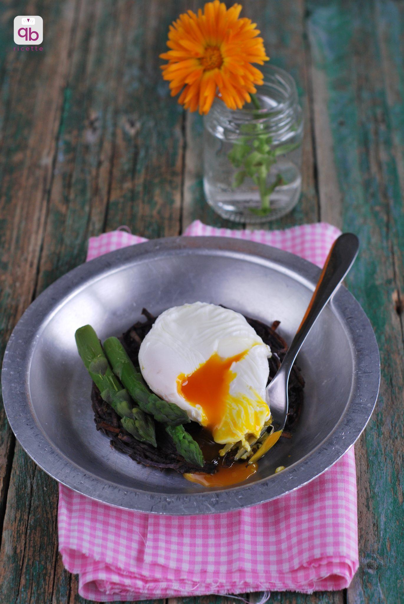 rosti patate viola uovo in camicia asparagi