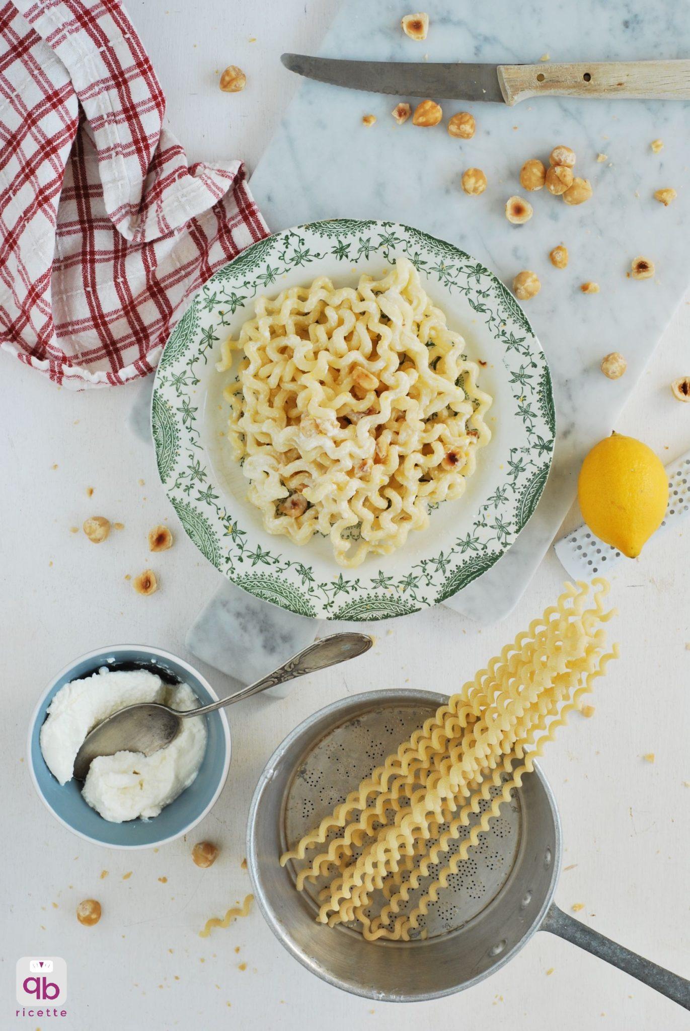 un piatto di pastasciutta con nocciole, limone e ricotta