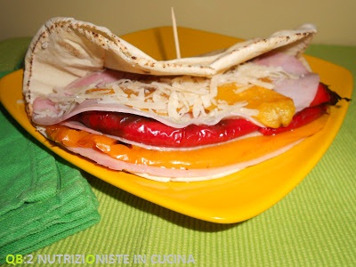 Pane arabo con prosciutto cotto, verdure grigliate e scaglie di grana