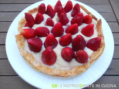 Crostata di fragole senza zucchero con base di sfoglia e crema pasticcera light