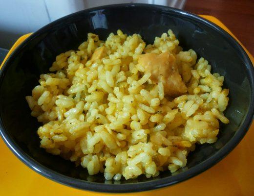 Riso al curry con pollo e zucchine