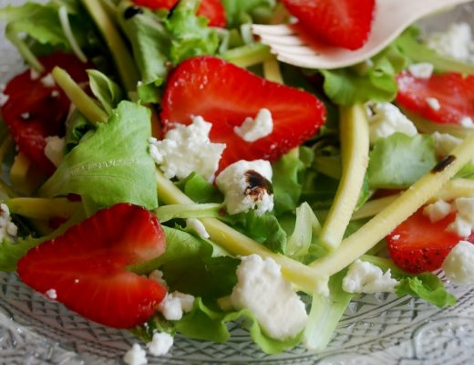 Insalata tricolore con fragole, feta, zucchine all'aceto balsamico