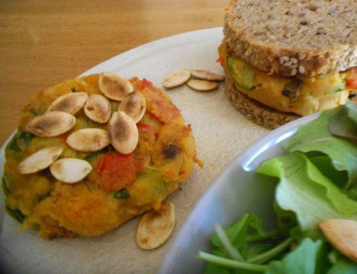 Burger vegano ai ceci con dadolata di verdure.