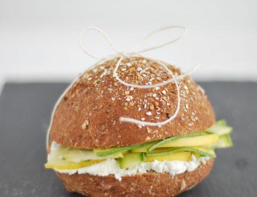 sandwich con ricotta, zucchine in carpione e mela