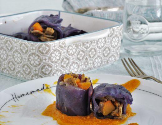 involtini di cavolo cappuccio viola con un ripieno di piccoli pizzoccheri conditi con la zucca