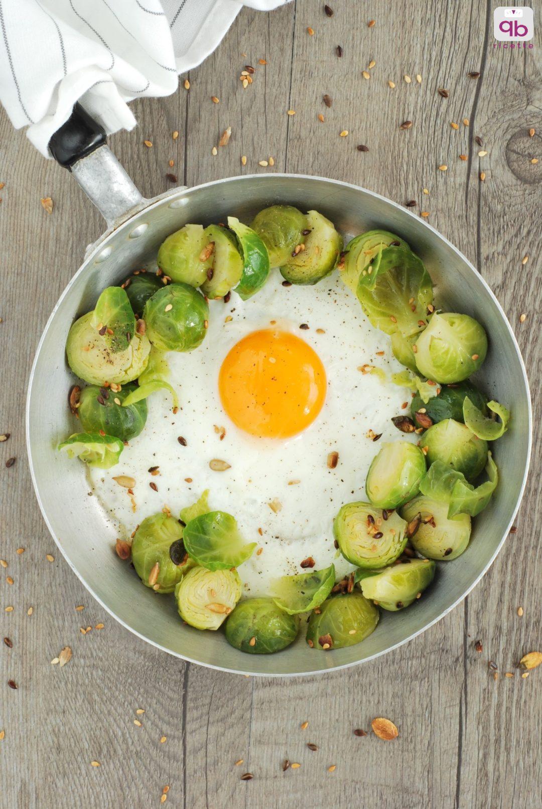 cavoletti cotti al vapore serviti con l'uovo al tegamino